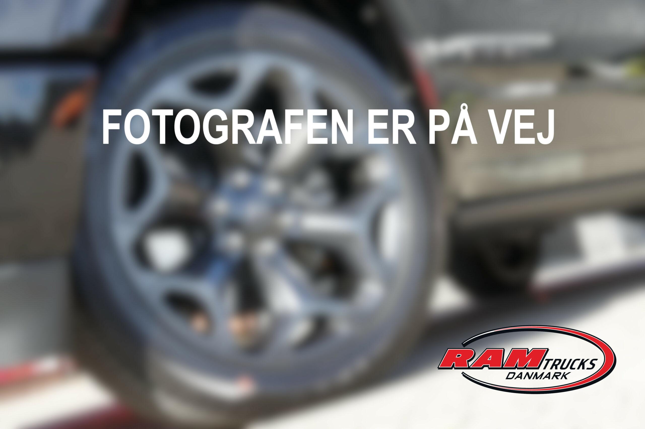 002 FOTOGRAFEN ER PÅ VEJ MED LOGO